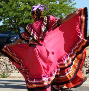 El jarabe tapatío es una danza mestiza que junto con otras, identifica al folclore mexicano en todo el mundo. En la imagen se puede observar un traje típico de esta danza.