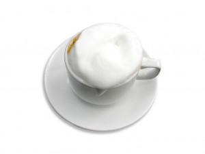 Espuma derramada en café