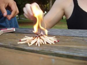 Jugando con fuego en una mesa.