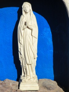 Escultura de una virgen en nicho