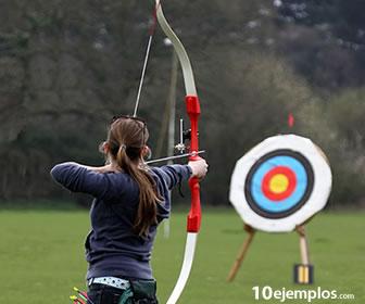 La flecha usa la energía del arco y la cuerda para que llegue al blanco.