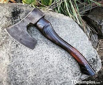 El hacha es un objeto que usa la palanca de primer grado.