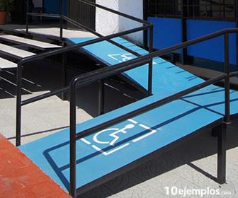 El plano inclinado se conoce como rampa y permite subir objetos pesados.